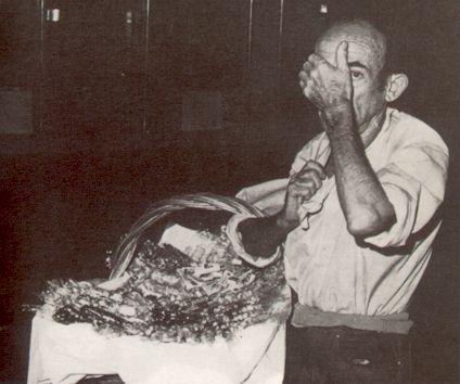 El misterioso Vicente el del Canasto, vendiendo chucherías en la noche sevillana